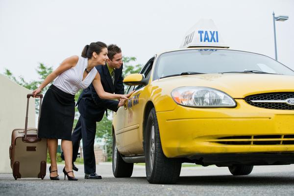 Detalles que debes conocer antes de tomar un taxi en la calle